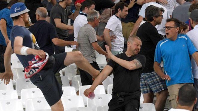 УЕФА может оштрафовать Россию из-за поведения ее фанатов