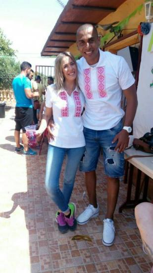 Бразильский футболист на отдыхе в Испании носит вышимайку