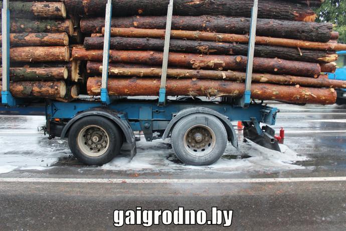 На въезде в Гродно загорелся лесовоз