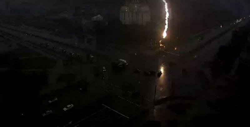 Фотофакт: в Бресте молния ударила в светофор