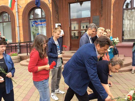 Лидеры оппозиции принесли цветы к посольству Франции в Минске