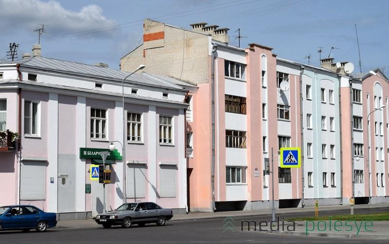 Фотофакт: Бело-красно-белый флаг выложили из кирпича многоэтажке в Пинске