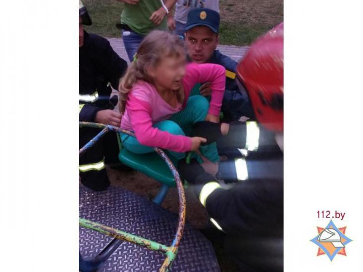 В Минске девочка застряла в кресле карусели