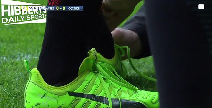 Скандальный футболист Балотелли несправился сошнурками набутсах