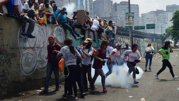 Сегодня ночью впроцессе беспорядков вКаракасе погибли 12 человек